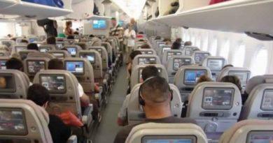 Почему в самолете при посадке так важно открыть иллюминаторы