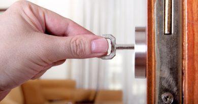 Что делать если ключ застрял в замке двери?