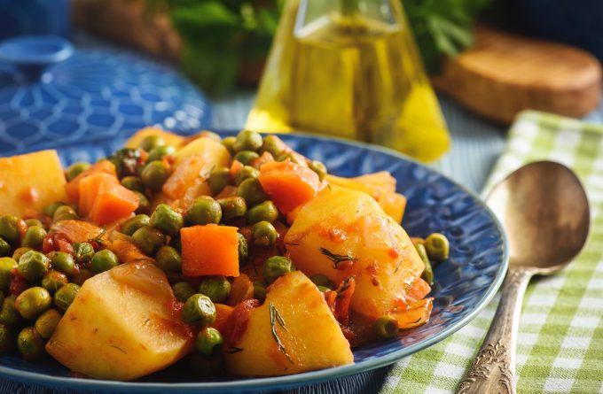 Тушеный молодой картофель с зеленым горошком