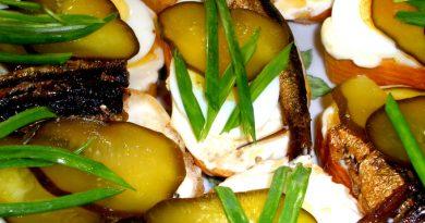 Чесночные гренки со шпротами и яйцом.