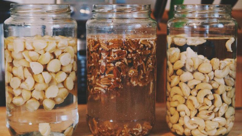 Почему нужно замачивать орехи перед употреблением?