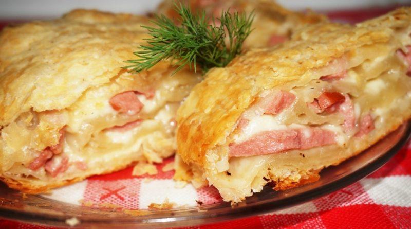 Слойки с колбасой и сыром.