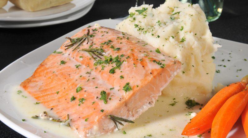 Запеченная рыба под йогуртом с зеленью