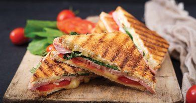 Сытный сэндвич с сыром и ветчиной