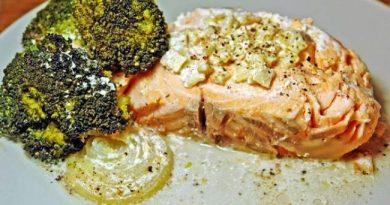 Семга, запеченная с брокколи в йогурте