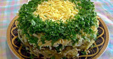 Ингредиенты: - 2 соленых или маринованных огурца (среднего размера), - 5 куриных яиц, - 100 г сыра твердого сорта, - 50 г зеленого горошка, - чеснок по вкусу, - 200 г крабового мяса (можно заменить крабовыми палочками или креветками), - пучок зелени укропа и петрушки, - 100 г отварного риса, - 50 г оливок без косточек, - майонез (по вкусу), - веточки с ягодами красной смородины для украшения салата, - соль и молотый черный перец по вкусу. Приготовление: 1. Огурцы порезать кубиками. 2. Оливки порезать тонкими кружочками. 3. Сыр твердого сорта натереть на крупной терке. 4. Куриные яйца отварить, разделить на белки и желтки. Белки натереть на крупной терке, а желтки на мелкой. 5. Крабовое мясо нарезать кубиками. Если вы используете крабовые палочки, то их нарезать небольшими кубиками. 6. Зелень измельчить. Чеснок пропустить через пресс. 7. Рис отварить до готовности. Рис должен быть рассыпчатым. 8. Выложить салат слоями. Каждый слой, кроме последнего слоя из желтков, смазать майонезом. Добавить соль и молотый перец по вкусу. 1 слой: Натертые белки. 2 слой: Порезанные кубиком огурцы и зелень. 3 слой: Горошек. 4 слой: Сыр с чесноком. 5 слой: Отварной рис. 6 слой: Оливки. 7 слой: Крабовое мясо или палочки, 8 слой: Натертые желтки. Салат украсить по краю салатницы, порезанным укропом и в выложить в центр салата веточки петрушки и ягоды красной смородины. Салат готов! Дать немного настояться и можно подавать к столу. Приятного аппетита!