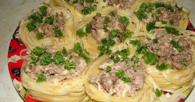 Нежные макаронные гнезда с куриным фаршем на сковороде