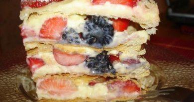 Мильфёй, тортик из слоеного теста с маскарпоне и ягодами
