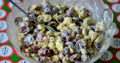 Куриный салат с виноградом и орехами