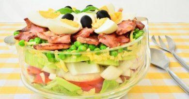 Слоеный салат с беконом и зеленым горошком