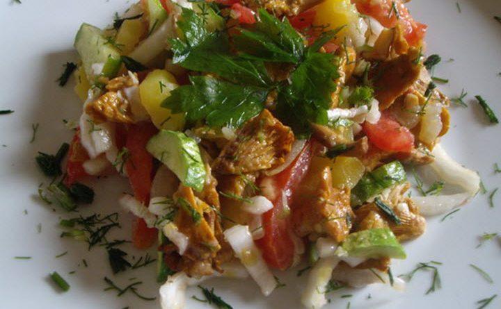 Салат с лисичками и картофелем.