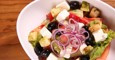 Греческий салат с кусочками жареной феты.