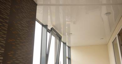 Натяжной потолок на балконе: виды, плюсы и минусы
