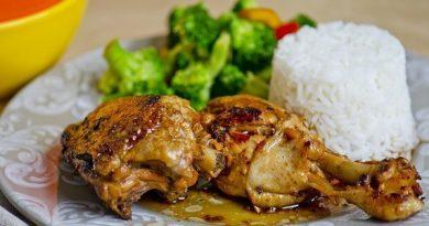 Адобо — популярное блюдо на Филиппинах. Готовят его чаще всего из курицы или свинины, хотя встречаются и рыбные или овощные варианты. Мясо тушат в смеси соевого соуса, укуса и специй, а затем обжаривают. Получается румяно и ароматно. Ингредиенты: - 1 целая курица или 3-4 куриные ножки * - 3 зубчика чеснока - 2-3 лавровых листа - 1 чайная ложка молотого черного перца - 1/2-3/4 стакана соевого соуса - 1/3 стакана белого винного уксуса - 1 1/2 стакана воды Приготовление: 1. Смешиваем вместе в кастрюле соевый соус, уксус, мелко порубленный чеснок, лавровый лист и молотый перец 2. Доводим до кипения 3. Помещаем в кастрюлю курицу в один слой, так чтобы жидкость почти полностью покрывала куски курицы. Закрываем крышкой, уменьшаем огонь и тушим 30 минут, периодически переворачивая кусочки курицы 4. Извлекаем курицу из кастрюли. Лучше всего это сделать шумовкой, чтобы избавиться от лишней жидкости 5. Соус оставляем на плите, чтобы он немного уварился 6. Кусочки курицы обжариваем на сковороде до золотистой корочки Адобо из курицы обычно подают с рисом, полив соусом.