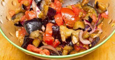 Летний салат из баклажанов, помидоров и перца