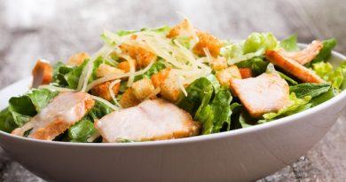 Салат из пекинской капусты с курицей и сырными шариками