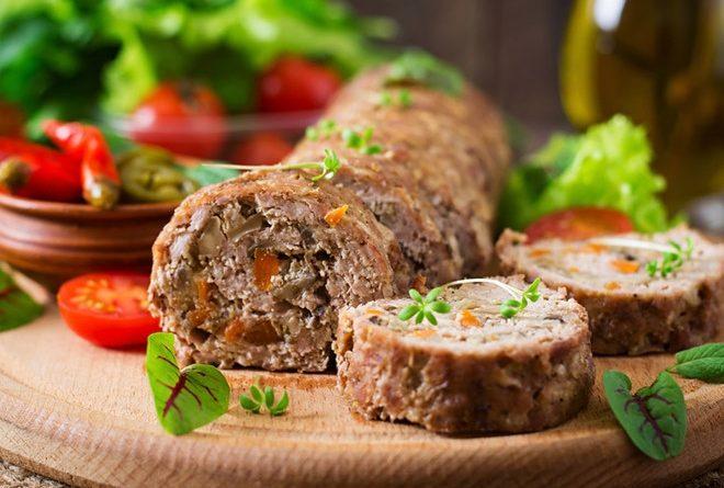 Мясной рулет с грибами и овощами