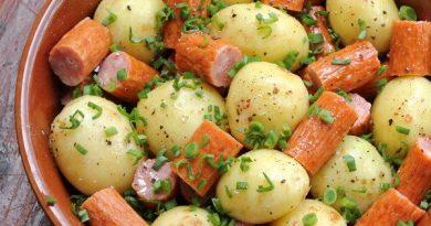 Картофель с охотничьими колбасками в духовке