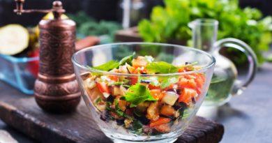 Салат из жареных баклажанов со свежими овощами
