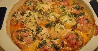 Котлеты с картошкой в соусе.