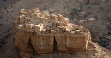 Деревня, построенная на монолите
