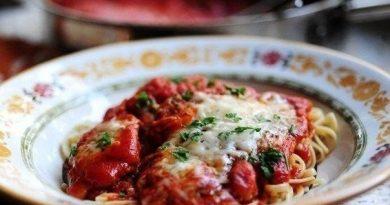 Куриные отбивные в томатном соусе со спагетти