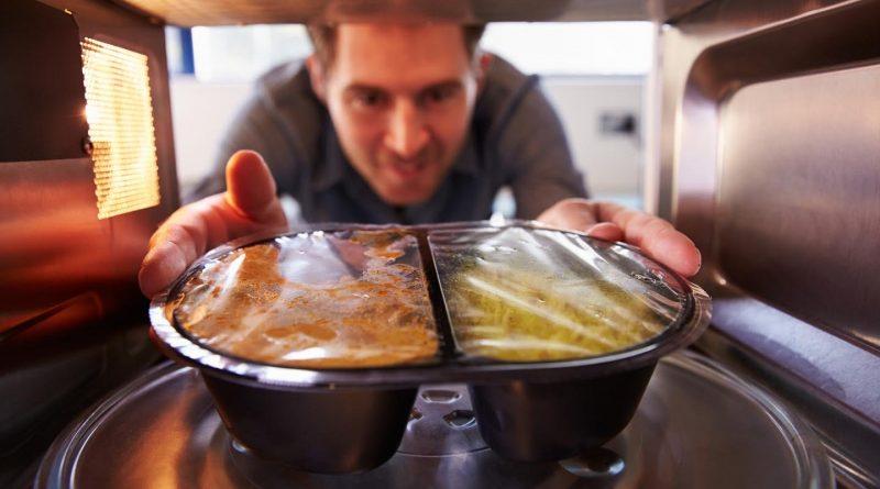 Какие продукты нельзя класть в микроволновую печь