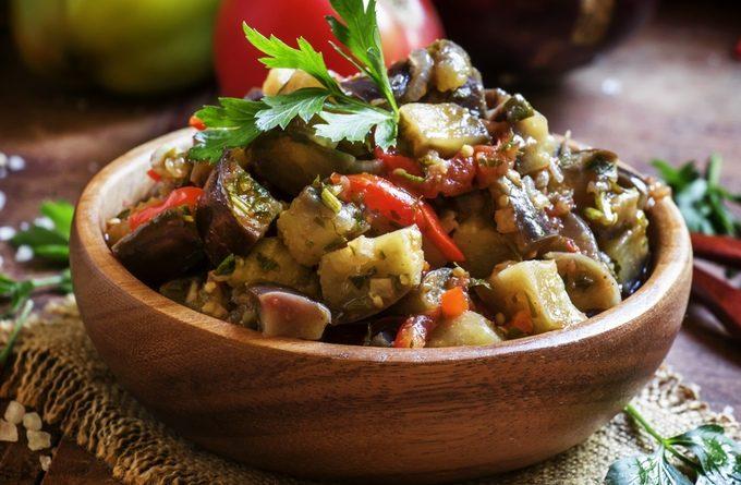 Болгарский салат с баклажанами и помидорами