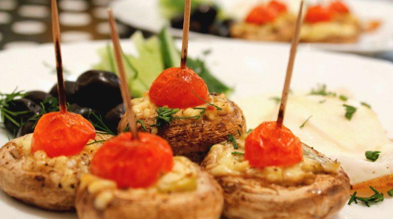 Фаршированные шампиньоны с помидорами черри
