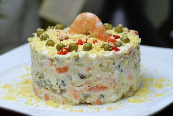 Салат а-ля Оливье с тунцом и креветками
