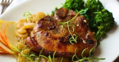 Свиные отбивные под яблочно-луковым соусом
