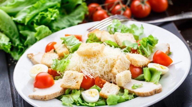 """5 советов, чтобы приготовить салат """"Цезарь"""" нереально вкусно"""