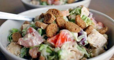 Легкий салат с курицей, фасолью и сыром