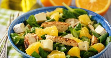 Салат с курицей, апельсином и сыром бри