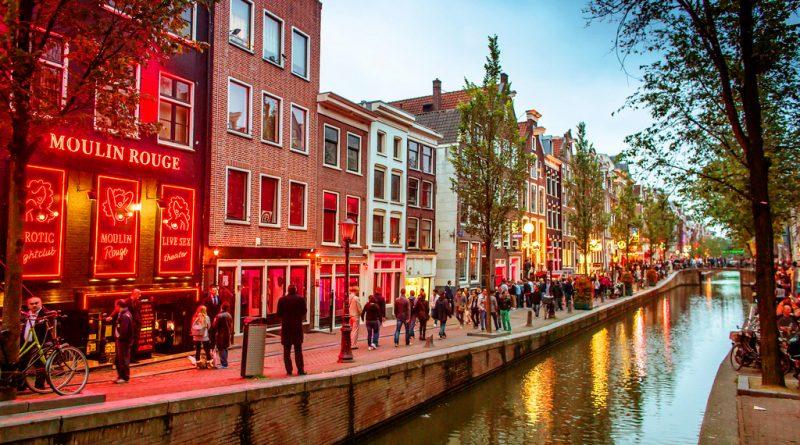 Посещение квартала красных фонарей ночью в Амстердаме опасно для туристов