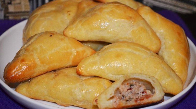 Вкусные конвертики с мясом из творожного теста