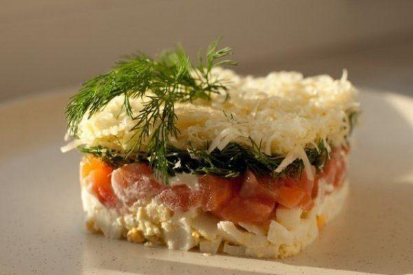 Салат с сыром, семгой и яйцом