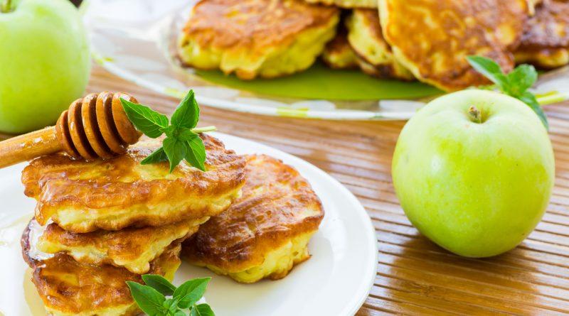 Оладьи с яблоками – вкусный десерт осени