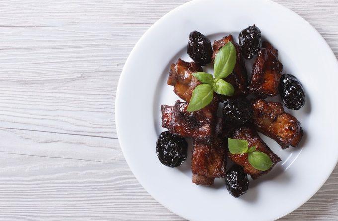 Свинина с черносливом, запеченная в рукаве - на вкусный ужин