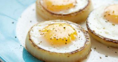 Нескучный завтрак: яичница в луковых колечках