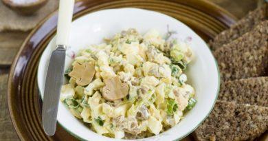 Салат с маринованными грибами и яйцами