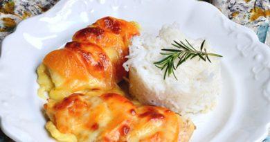 Запеченные куриные грудки с персиками и сыром
