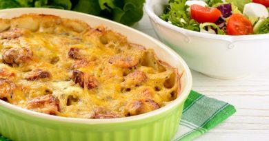 Очень вкусная кaртофeльнaя зaпеканкa с сосисками и сыром.