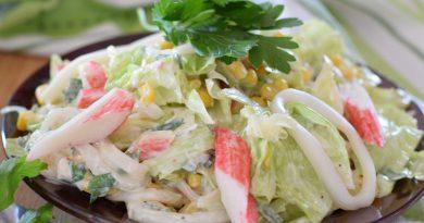 Салат с кальмарами, крабовыми палочками и кукурузой