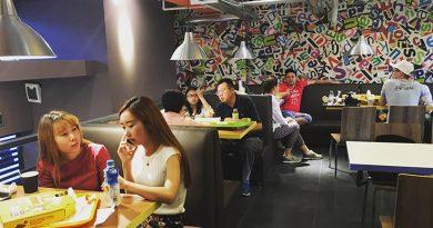 В ответ на жалобы путешественников на обслуживание в ресторане Китая официанты набросились на них с ножами