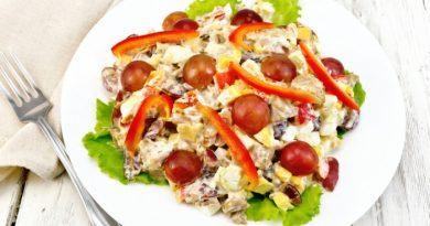Салат с курицей, сыром и виноградом