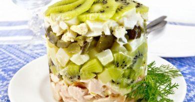 Оригинальный салат с киви и копченой курицей