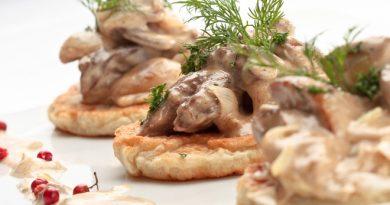 Картофельные драники с грибным соусом
