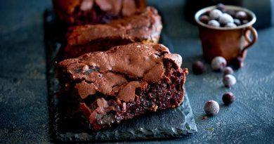 Брауни с черным шоколадом и черной смородиной