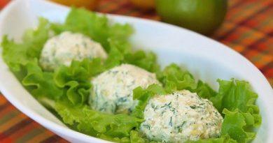 Пикантная чесночно-творожная закуска на листьях салата